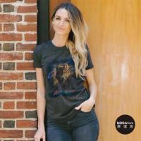 摩達客-美國The Mountain都會系列 黑野狼 圓領藝術修身女版短袖T恤   個性時尚  輕透柔軟舒適高級混紡