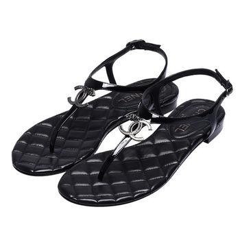 CHANEL 經典雙C LOGO菱格紋小羊漆皮露趾夾腳涼鞋(黑)