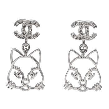 CHANEL 貓咪造型經典雙C LOGO水鑽鑲嵌穿式耳環(銀)