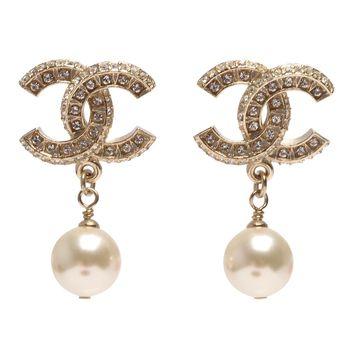 CHANEL 香奈兒經典CC LOGO大小水鑽鑲嵌珍珠吊飾造型穿式耳環(金)
