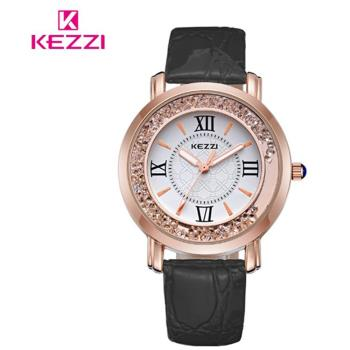 【17mall】珂紫KEZZI羅馬復古創意流沙水鑽皮帶石英手錶(黑)