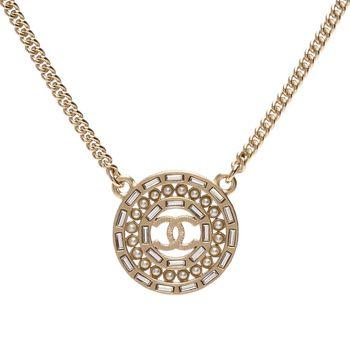 CHANEL 經典雙C LOGO珍珠鑲嵌水鑽飾邊圓型墜飾項鍊(霧金)