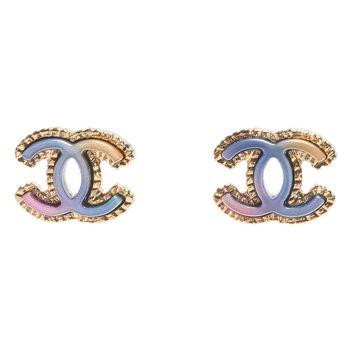 CHANEL 經典漸層彩色雙C LOGO金邊刻紋針式耳環(金)