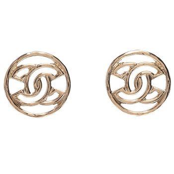 CHANEL 經典簍空雙C LOGO 圓形穿式耳環(淡金)