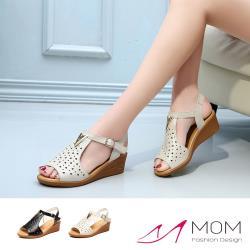 【MOM】真皮魚嘴縷空繫帶時尚V字金屬飾件坡跟羅馬涼鞋(2色任選)