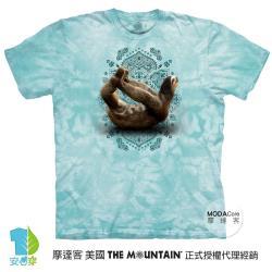 摩達客(預購)美國進口The Mountain 樹懶滑行綠底 純棉環保藝術中性短袖T恤-3XL