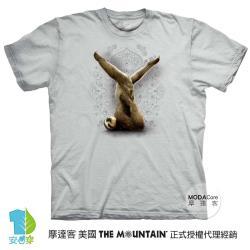 摩達客(預購)美國進口The Mountain 樹懶做瑜珈灰底 純棉環保藝術中性短袖T恤