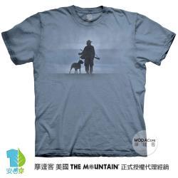 摩達客(預購)美國進口The Mountain 獵人與狗 純棉環保藝術中性短袖T恤-4XL-5XL