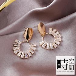 『時空間』925銀針個性亮面金屬扇形晶鑽造型耳環 -單一款式