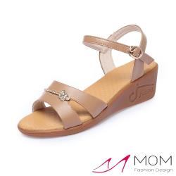 【MOM】真皮細緻牛皮水鑽飾面厚底坡跟涼鞋 棕