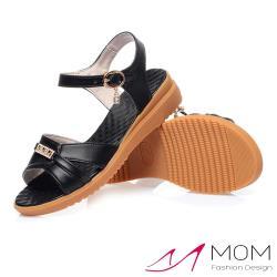 【MOM】真皮細緻牛皮華麗鑽釦造型時尚坡跟涼鞋 黑