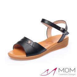 【MOM】真皮細緻牛皮雪花釦飾舒適坡跟涼鞋 黑