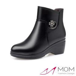 【MOM】真皮細緻牛皮水鑽花朵造型舒適坡跟短靴 黑