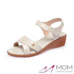 【MOM】真皮細緻牛皮交叉車線金釦造型魔鬼粘舒適坡跟涼鞋 米