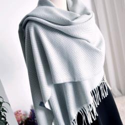 【Emi艾迷】溫暖冬季水波紋流蘇仿洋絨圍巾披肩