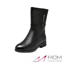【MOM】真皮V型金屬寶石鑽飾低跟中筒靴 黑