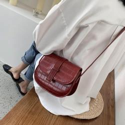 【KISSDIAMOND】經典復古風壓紋斜背馬鞍包KDB-9629(熱銷/斜背/肩背/翻蓋)-酒紅色