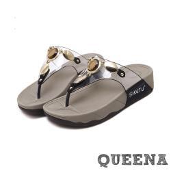 【QUEENA】個性寶石金屬透明飾帶舒適人字厚底拖鞋 黑