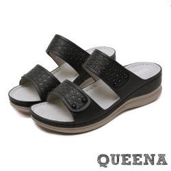 【QUEENA】復古時尚立體壓花寬版一字舒適厚底拖鞋 黑