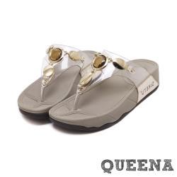 【QUEENA】個性寶石金屬透明飾帶舒適人字厚底拖鞋 金