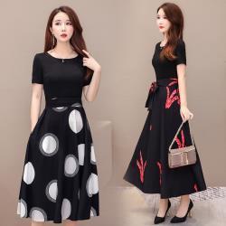 REKO-時尚黑裙擺印花腰帶收腰洋裝M-4XL(共二色)