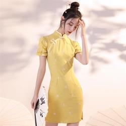 REKO-甜美黃刺繡雛菊改良短旗袍洋裝S-XL